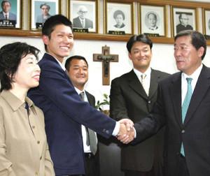 巨人から高校生ドラフトで1巡目指名を受けた光星学院・坂本(左から2人目)が、(右から)山下スカウト部長、大森スカウトから指名あいさつを受け笑顔で握手。左端は山西校長。左から3人目は金沢監督(肩書は当時)