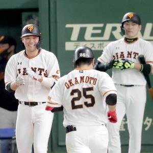 3回1死一、二塁、左越えに30号3ラン本塁打を放った岡本和真を出迎える坂本勇人 (カメラ・佐々木 清勝)