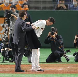 名球会のブレザーを山本浩二氏(左)から受け取る坂本勇人