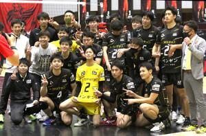 今季2勝目を挙げ喜ぶサフィルヴァ北海道のメンバーたち