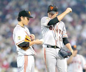 13年、マウンドで坂本(左)と話す菅野