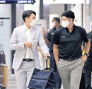 7月6日、マスク姿で遠征先に移動する坂本勇人(左)と菅野智之