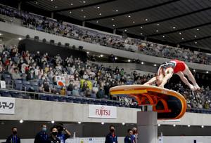 大会での内村航平の跳馬演技