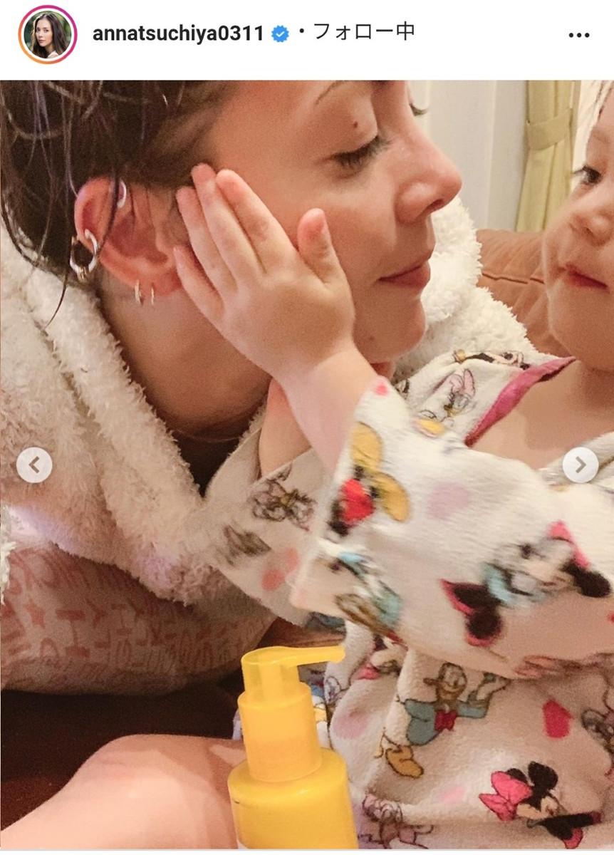 ママにクリームを塗る次女。土屋アンナのインスタグラム(@annatsuchiya0311)より