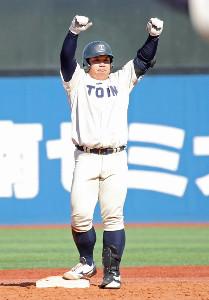5回2死二塁、センターフェンス直撃の適時二塁打を放った西武ドラフト1位の桐蔭横浜大・渡部健人は二塁塁上でガッツポーズ