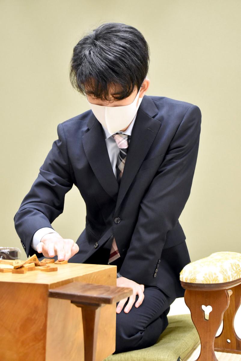 順位戦B級2組7回戦で北浜健介八段と対局した藤井聡太2冠(提供:日本将棋連盟)