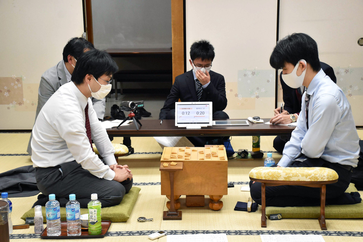 順位戦B級2組7回戦で北浜健介八段(左)を破った藤井聡太2冠(提供:日本将棋連盟)