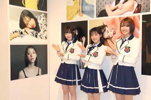 NMB48写真展「ゆきつんカメラ in NMB48 〜眩しくすぎた日々、突然君の匂いがした〜」で、監修した東由樹(中央)のイチオシ写真を紹介する川上千尋(左)と小嶋花梨