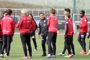 練習後に選手に声をかけるJ1札幌のペトロヴィッチ監督(中央)