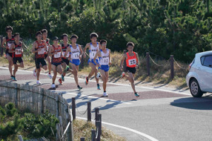 合同練習会で20キロ走を行う東洋大・西山和弥(右)ら選手たち