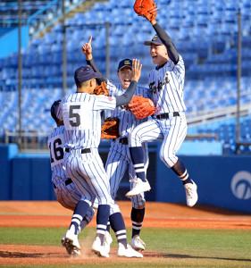 東京都秋季大会で優勝して喜びを爆発させた東海大菅生ナイン