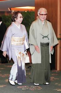 尾上菊之助の結婚披露宴に出席する坂田藤十郎さんと扇千景(2014年)