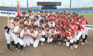 昨年夏に松山・坊っちゃんスタジアムで行われた会「第15回全日本女子硬式野球選手権大会」決勝で戦った尚美学園大、日大国際間経学部ナイン(カメラ・軍司 敦史)