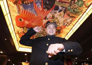 仮契約を終えた唐津商・坂本勇人は、地元の祭り「唐津くんち」の曳山の絵をバックにポーズをとった(カメラ・石田 順平