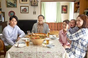 映画「浅田家!」の一場面。(左から)妻夫木聡、平田満、風吹ジュン、一人おいて野波麻帆