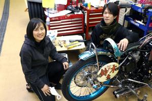 現場では助け合いながらマシンを整備している鈴木圭一郎、吉川麻季