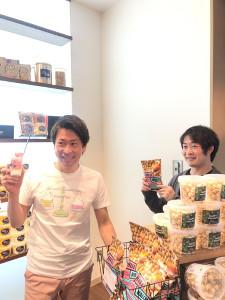 ソフトクリームを手にする森川勇一郎さん(左)とポップコーンを手にする上田顕さん。ともに楽天のフロント出身だ