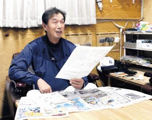 紙面を印刷したものを見ながら当時を思い出す学法石川・佐々木監督(カメラ・有吉 広紀)