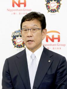 来季の続投が決定し、報道陣の質問に答える日本ハムの栗山監督(代表撮影)