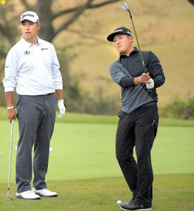 18年の三井住友VISAマスターズで、東北福祉大の先輩・松山英樹(左)と練習する佐藤大平