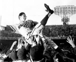 59年、南海・巨人の日本シリーズ第4戦で優勝を決め、胴上げされる南海の杉浦忠