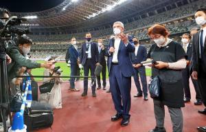 国立競技場を視察し、記者団の質問に答えるIOCのバッハ会長(中央=代表撮影)