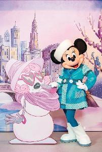 冬の新ファッションを公開したミニーマウス(C)Disney