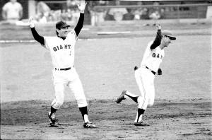 1973年の日本シリーズ第3戦。堀内(右)は先制アーチを放ち、負傷で欠場して一塁コーチだった長嶋の祝福を受けた