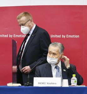 合同事務折衝後、記者会見に臨む東京五輪・パラリンピック組織委の森喜朗会長(右)とIOCのコーツ調整委員長(代表撮影)