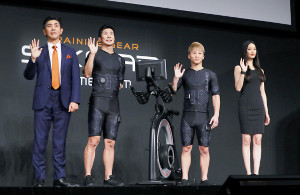 記念撮影する(左から)MTG松下剛代表取締役社長、桐生祥秀、井上尚弥、菜々緒