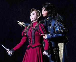 大阪・梅田芸術劇場メインホールで開幕した宝塚歌劇星組公演「エル・アルコン―鷹―」の一場面。海賊ギルダ(舞空瞳、左)を剣で追い詰める英海軍士官ティリアン(礼真琴)