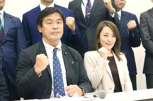 「格闘技振興議員連盟」馳会長(左)と今井絵理子事務局次長
