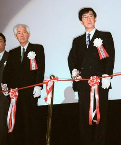 テープカットで父の岡田茂さん(左)と並ぶ岡田裕介さん