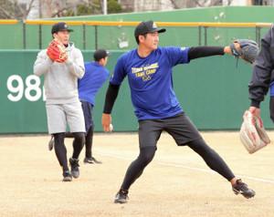 今年1月、合同でトレーニングする菅野と千賀