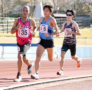 約9年ぶりの1万メートルに出場するも苦しい走りとなった川内優輝(右から2人目)