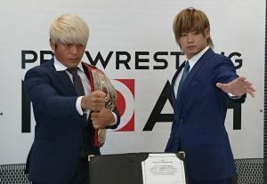 拳王(左)と清宮海斗