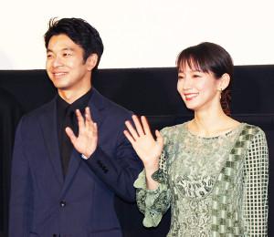 映画「泣く子はいねぇが」公開記念舞台あいさつに登壇した仲野太賀、吉岡里帆