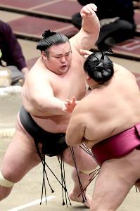 貴景勝(左)は御嶽海を突き出しで下す