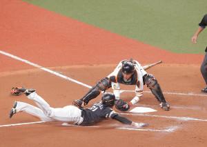 4回2死二塁、デスパイネの左前安打で本塁を狙った二塁走者の栗原(左)はウィーラーの好返球でアウト(捕手は大城)