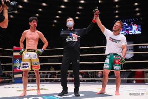 勝ち名乗りを受ける扇久保博正(右)と、瀧澤謙太(左)(C)RIZIN FF