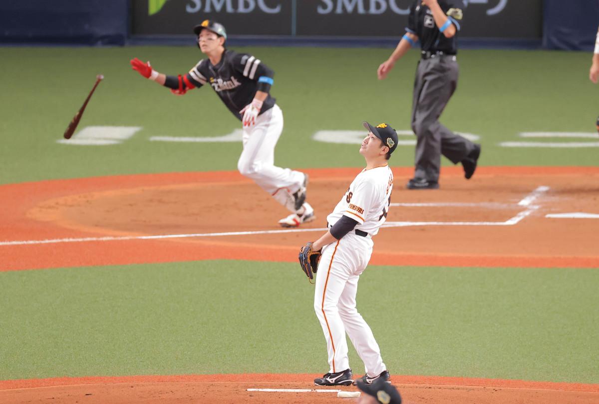 2回無死一塁、栗原に右越え2ランを打たれた菅野(捕手・大城)