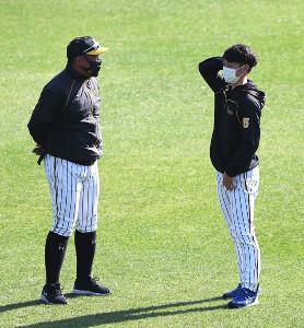 近本光司(右)と話し込む北川博敏コーチ