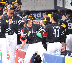 2回無死一塁、栗原陵矢(中央)が右越え2ラン本塁打。ベンチ前でポーズを決める(カメラ・相川 和寛)