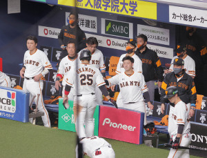 9回1死満塁、ウィーラーの左犠飛で4点差に迫る生還を果たした三塁走者の岡本和真(手前)を迎える巨人ナイン(カメラ・渡辺 了文)