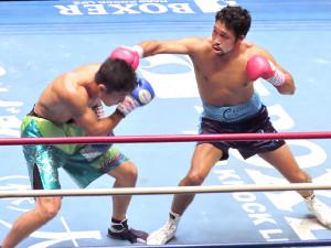 東洋太平洋スーパーライト級タイトルマッチで今野裕介(左)の挑戦を退け、4度目の防衛に成功した内藤律樹