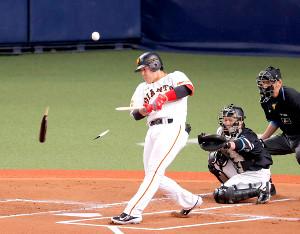 1回2死一塁、岡本和真が捕邪飛。バットが折れる(捕手・甲斐拓也)(カメラ・相川 和寛)