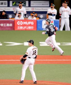 2回無死一塁、栗原陵矢(右)に右越え2ラン本塁打を浴びた菅野智之(カメラ・相川 和寛)