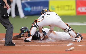 4回2死二塁、デスパイネの左前安打で二塁から生還を狙うもアウトになる栗原陵矢(捕手は大城卓三)(カメラ・中島 傑)