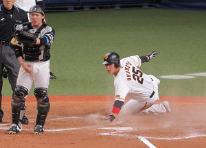 9回1死満塁、ウィーラーの左犠飛で生還した三塁走者・岡本和真(捕手・甲斐拓也)(カメラ・相川 和寛)