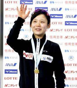 表彰式で手を振る高木美帆(代表撮影)